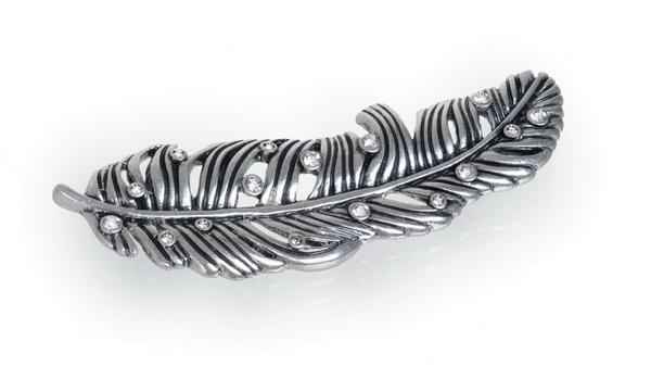 Брошь  Перышко(7032-0174)Серебряные перья<br>Брошь  выполнена  из ювелирного сплава покрытого серебром 925 пробы. Декорированы стразами Swarovski, перышко 5 см.<br>