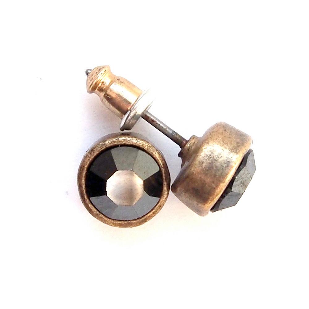 Пусеты черные(1032-0895)Пусеты и серьги<br>Arts&amp;Crafts, Норвегия<br>Серьги выполнены из ювелирного сплава покрытого бронзой. Декорированы стразами Swarovski, гвоздик изготовлен из гипоаллергенной хирургической стали.  Диаметр 0,7 мм<br>