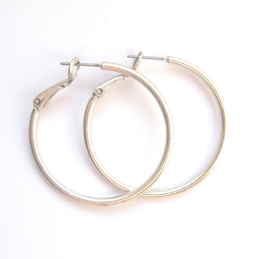 Серьги-кольца средние(1032-1483)Пусеты и серьги<br>Arts&amp;Crafts, Норвегия<br>Серьги выполнены из ювелирного сплава покрытого серебром 925 пробы. Диаметр кольца- 3,5 см. Гвоздик изготовлен из гипоаллергенной хирургической стали.<br>