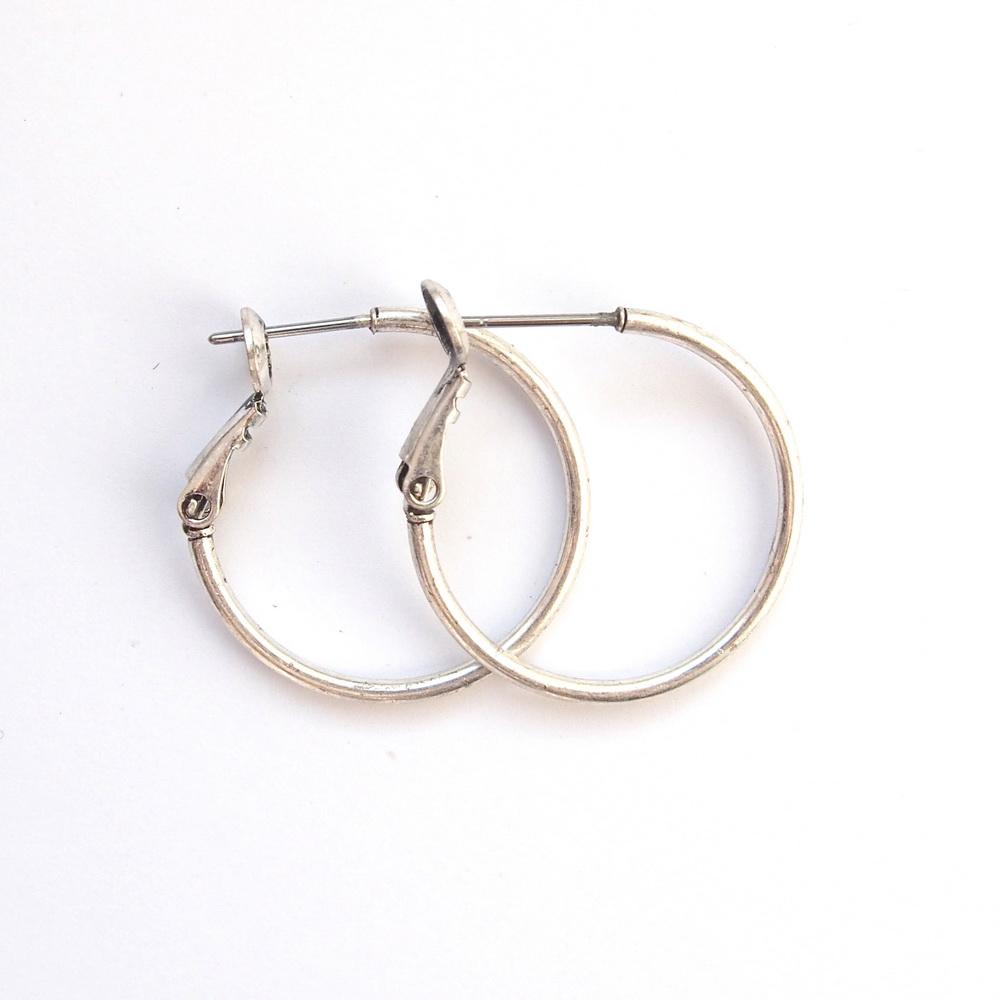 Серьги-кольца маленькие(1032-1481)Пусеты и серьги<br>Arts&amp;Crafts, Норвегия<br>Серьги выполнены из ювелирного сплава покрытого серебром 925 пробы. Диаметр кольца- 2,5 см. Гвоздик изготовлен из гипоаллергенной хирургической стали.<br>