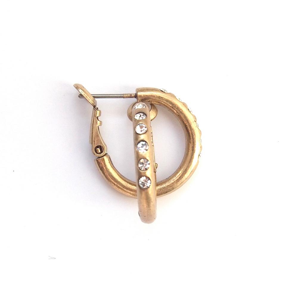 Серьги-кольца со стазами Swarovski(1032-1488)Каменные Россыпи<br>Arts&amp;Crafts, Норвегия<br>Серьги выполнены из ювелирного сплава покрытого бронзой. Диаметр кольца- 1,8см. Гвоздик изготовлен из гипоаллергенной хирургической стали. Украшены дорожкой из стразов Swarovski<br>