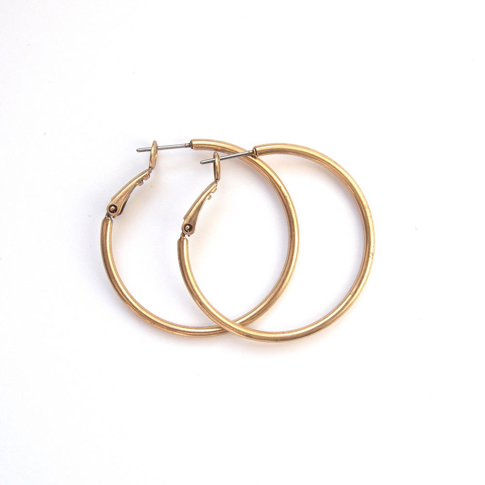 Серьги-кольца маленькие(1032-1482)Пусеты и серьги<br>Arts&amp;Crafts, Норвегия<br>Серьги выполнены из ювелирного сплава покрытого бронзой. Диаметр кольца- 2,5 см. Гвоздик изготовлен из гипоаллергенной хирургической стали.<br>
