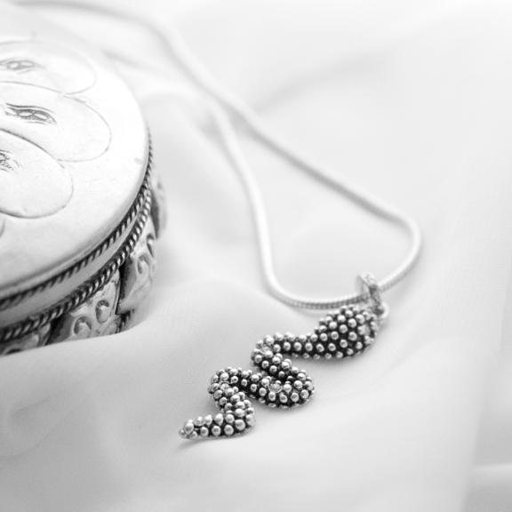 Колье с подвеской змея(2032-2095)Змеи<br>Arts&amp;Crafts, Норвегия<br>Колье из ювелирного сплава покрытого серебром 925 пробы. Подвеска декорирована стразами Swarovski.  Змейка 4 см. Длина цепочки 80 см.<br>
