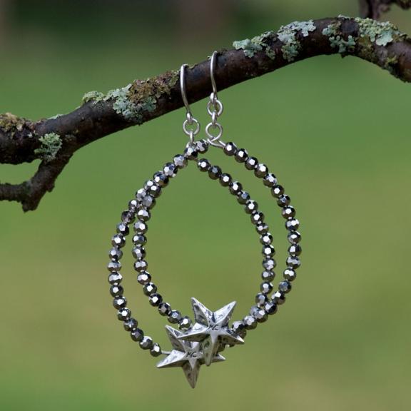 Серьги с гематитом(1018-0148)Классика в звездах<br>Серьги в виде колец. На кольца нанизаны гематитовые камни размером 3 мм. Размер кольца 30мм.<br>