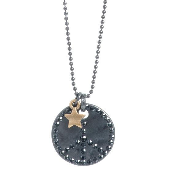 Колье(2032-2146)Темные символы<br>Arts&amp;Crafts, Норвегия<br>Темные окисленные металлы в сочетании с бронзой или серебром — основная тенденция сезона. В этой коллекции мы использовали темные металлические покрытия с камнями Swarovski гематитового цвета. Таинственные символы делают эти украшения идеальным дополнениям к гламурному, бунтарскому, но непринужденному стилю.<br>Длина цепочки 80 см. Диаметр подвески 2,5 см<br>