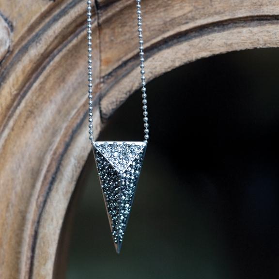 Колье с подвеской Треугольник(2032-2162)Серебряная стрела<br>Arts&amp;Crafts, Норвегия<br>Геометрические формы, треугольники, острые края и переливающиеся камни создают утонченный и в то же время современный образ. Украшения из это коллекции добавят остроты вашим нарядам. Тонкий дизайн и прекрасное качество этих изделий откроют вам новое измерение шика.<br>Длина колье 45 см. Размер треугольника: ширина 1,3 см, длина 3 см.<br>