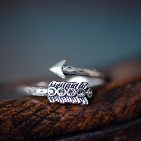 Кольцо(4032-0448)Серебряная стрела<br>Геометрические формы, треугольники, острые края и переливающиеся камни создают утонченный и в то же время современный образ. Украшения из это коллекции добавят остроты вашим нарядам. Тонкий дизайн и прекрасное качество этих изделий откроют вам новое измерение шика.<br>