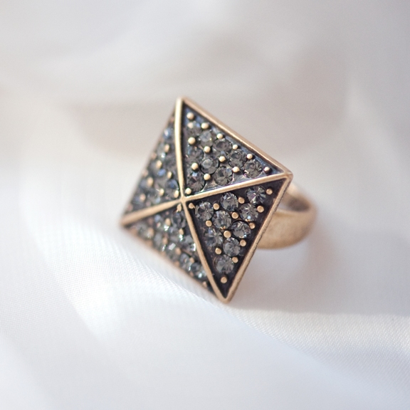 Кольцо в форме запонки(4032-0452)Сверкающие запонки в бронзе<br>Гламурные запонки, выполненные с  использованием покрытого бронзой металла, украшенные сверкающими, но сдержанными черными камнями Swarovski  и ограненными вручную стеклянными камнями утонченного серого цвета. Классическая и в то же время стильная коллекция, которую приятно носить и легко сочетать как с любыми нарядами, так и с изделиями из других коллекций.<br>Длина 2см.<br>