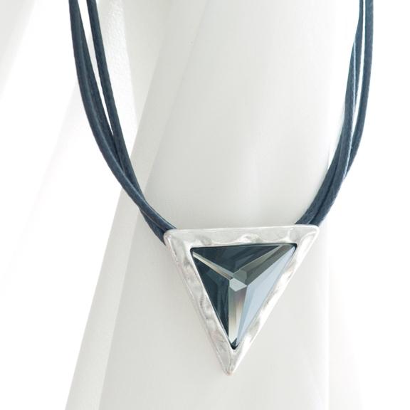 Колье на кожаном шнурке с треугольной подвеской(2032-2170)Треугольник<br>Треугольник — новая, но важная в этом сезоне фигура мира моды. Мы встречаем его везде — от принтов на текстиле до дизайна интерьеров. Острота и чистота формы идеально дополнит современный наряд. Коллекция состоит из прекрасных треугольников серого ограненного стекла в металле, покрытом серебром. В ней вы найдете как небольшие, так и массивные, приковывающие к себе внимание изделия, среди которых особенно выделяется большое треугольное кольцо.<br>Колье с треугольной подвеской на тройном кожаном шнурке. Длина ш<br>