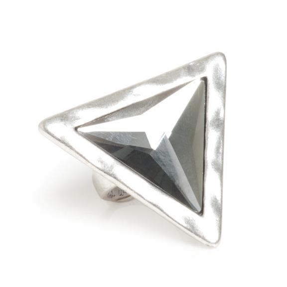 Кольцо в форме треугольника(4032-0453)Треугольник<br>Треугольник — новая, но важная в этом сезоне фигура мира моды. Мы встречаем его везде — от принтов на текстиле до дизайна интерьеров. Острота и чистота формы идеально дополнит современный наряд. Коллекция состоит из прекрасных треугольников серого ограненного стекла в металле, покрытом серебром. В ней вы найдете как небольшие, так и массивные, приковывающие к себе внимание изделия, среди которых особенно выделяется большое треугольное кольцо.<br>Длина стороны 4см.<br>
