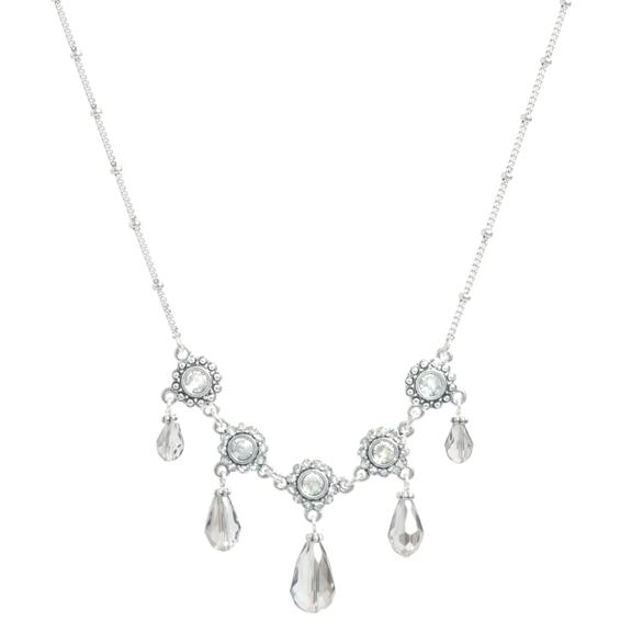 Колье(2032-2181)Вечерняя бижутерия<br>Arts&amp;Crafts, Норвегия<br>Богатые массивные ожерелья и шандельеры из покрытого серебром металла украшены черными, серыми и гематитовыми стеклянными камнями. С этими украшениями, сияющими утонченностью и качеством, любой наряд достигнет совершенства. Это стиль вне времени, не остающийся незамеченным в любой ситуации.<br>Длина колье 45 см<br>