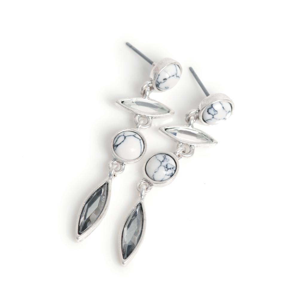 Серьги(1032-2340)Native Whites S<br>Arts&amp;Crafts, Норвегия<br><br>Авторский дизайн, ручная работа, ограниченный выпуск.<br><br><br>Серьги выполнены из гипоаллергенного сплава, покрыты толстым слоем серебра. В качестве декора использованы стразы Swarovski, натуральный камень хаулит.<br>
