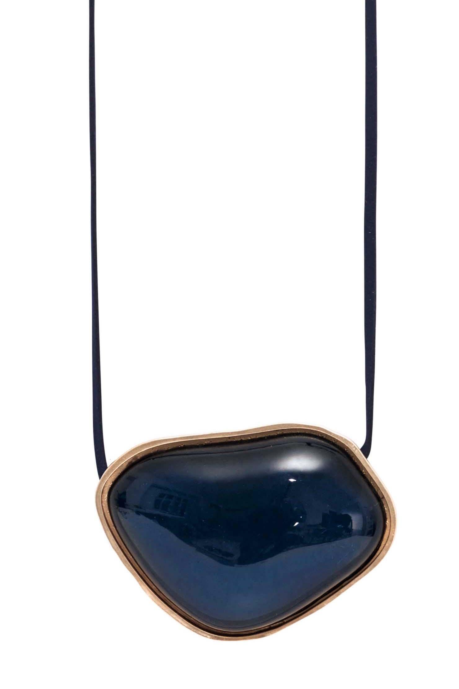 Колье на замшевом шнурке(9C940)Бижутерия с искусственным обсидианом<br>Дания, Dansk Smykkekunst<br><br>Длина колье 100 см<br>Размер декоративного элемента 7х5см.<br>