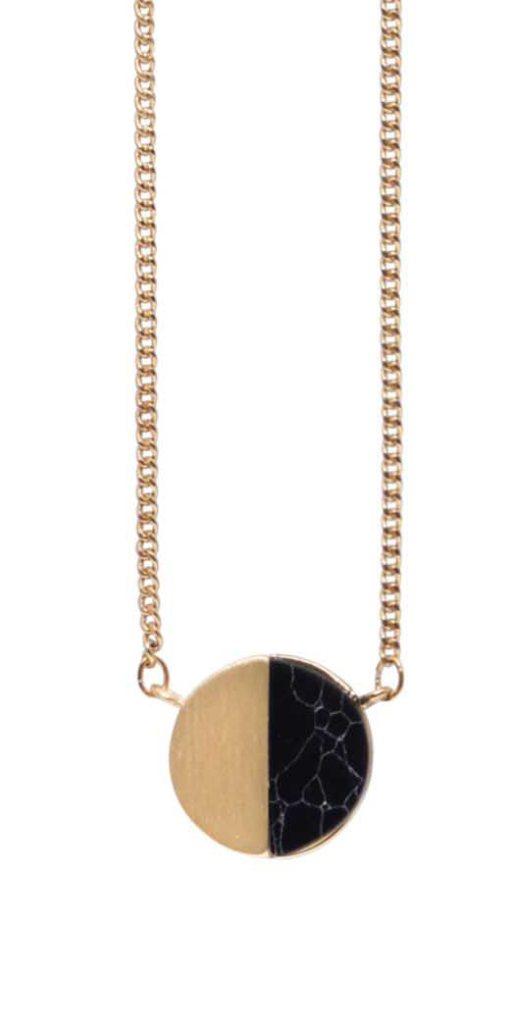 Колье с натуральным камнем(9A600)Philippa<br>Дания, Dansk Smykkekunst<br><br>Длина колье 70 см<br>Диаметр декоративного элемента 1,5см.<br>Вставка натуральный камень говлит, цвет чёрный.<br>Покрытие золото.<br>