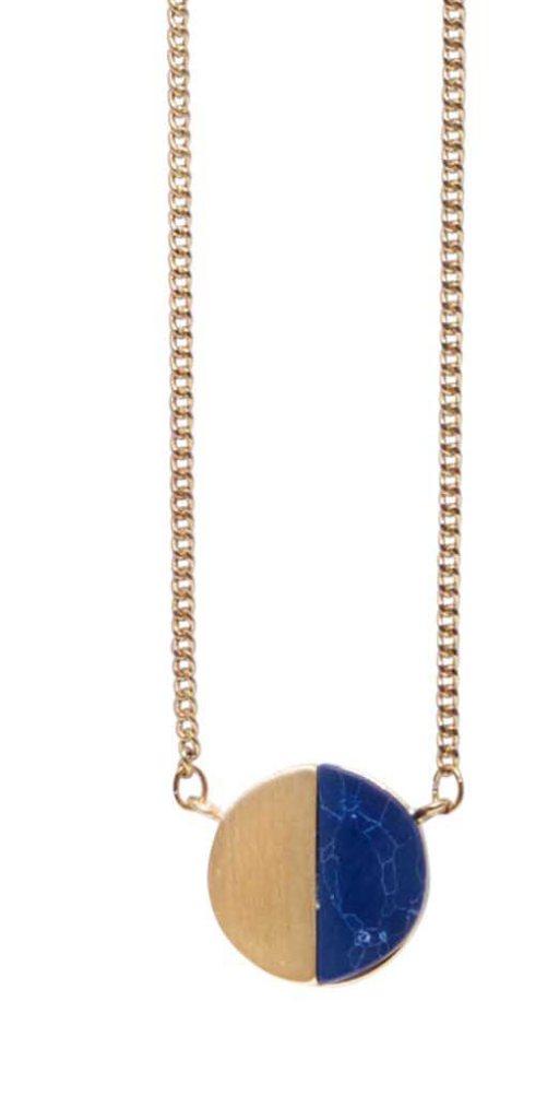 Колье с натуральным камнем(9A601)Philippa<br>Дания, Dansk Smykkekunst<br><br>Длина колье 70 см<br>Диаметр декоративного элемента 1,5см.<br>Вставка натуральный камень говлит цвет синий.<br>Покрытие золото.<br>
