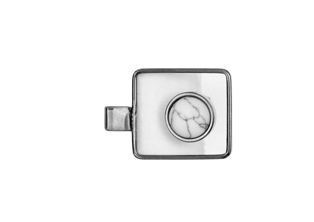 Кольцо с натуральным камнем(1A117)Philippa<br>Дания, Dansk Smykkekunst<br><br>Размер декоративного элемента:<br>квадрат 1,5х1,8см. и натуральный камень хаулит 0,8см.<br>размер 18.<br>Покрытие гематит.<br>
