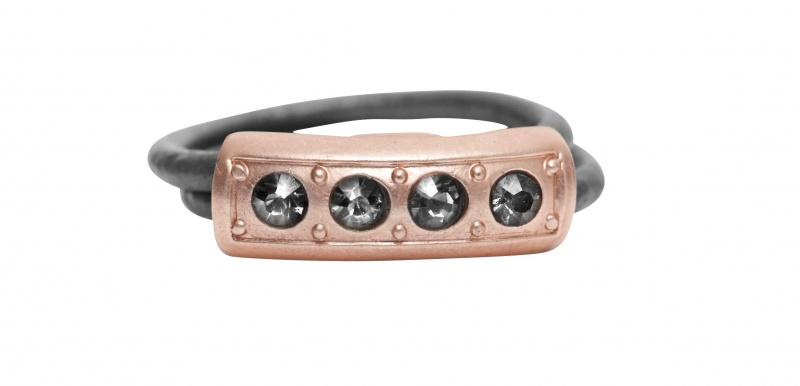 Кольцо(1c289)Medina<br>Кольцо с серебряным покрытием, стразами Swarovski, телячьей кожей<br><br>Размер кольца S, M, L.<br>