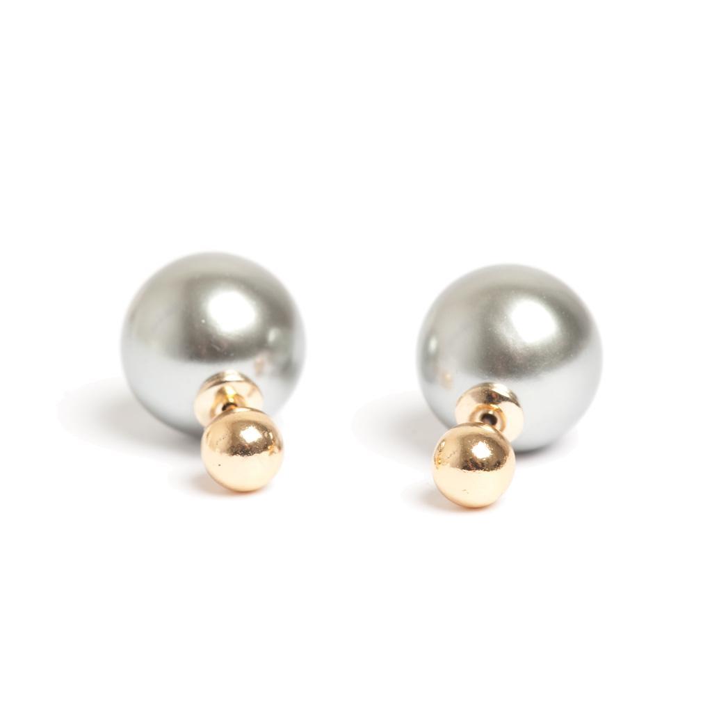Серьги шарики двойные(1042-0541)Серьги шарики двойные<br>Серьги выполнены из стали, покрыты золотом. На шарики нанесен толстый слой перламутра. Меньшая из бусин украшает мочку уха спереди, а более крупная окружает ее ореолом сзади.<br>Легко можно комбинировать с моделями других цветов, соединяя маленький и большой шары от разных пар серег.<br>