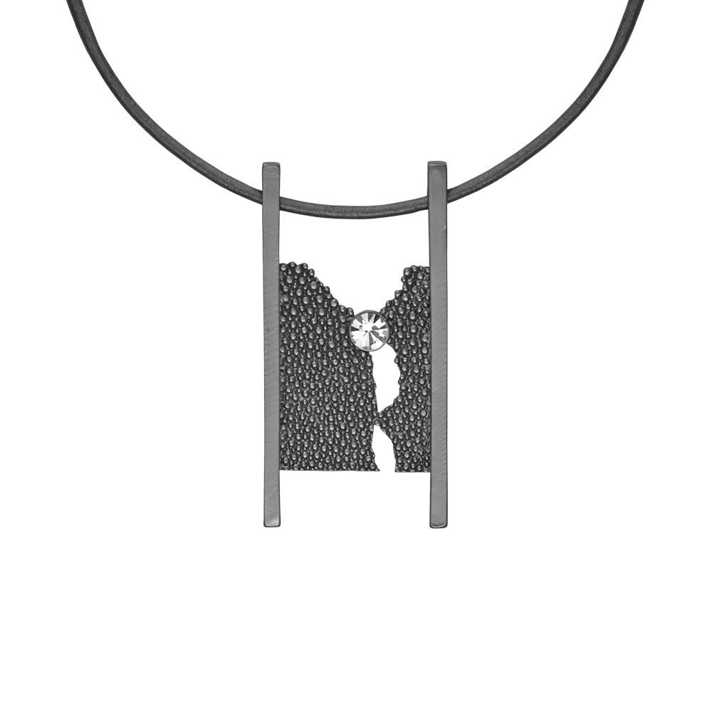 Колье(9C178)Siobhan<br>Дания, Dansk Smykkekunst<br><br>Гипоаллергенный сплав, покрытый серебром, стразы Swarovsky, кожа<br><br>Длина колье 45 см<br>
