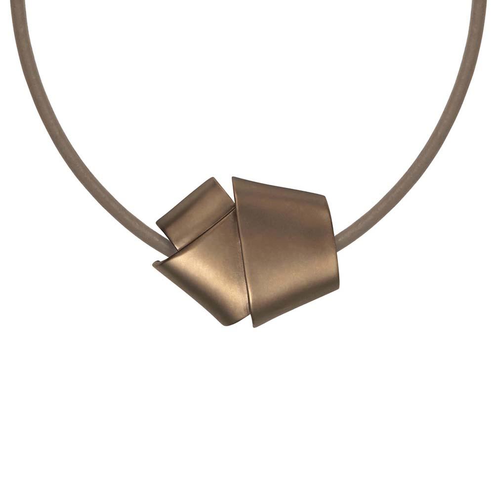 Колье(9C195)Sophie<br>Дания, Dansk Smykkekunst<br><br>Гипоаллергенный сплав, покрытый золотом; кожа<br>Длина колье 45 см<br>
