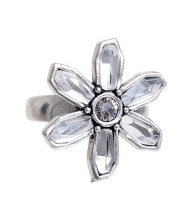 Кольцо(4032-0255)Цветочки<br>Кольцо с изменяющимся размером изготовлено из специального сплава покрытого состаренным серебром 925 пробы. Для декора использован вручную граненный хрусталь. Не содержит никеля и других аллергенных металлов.<br>Диаметр 2см.<br>